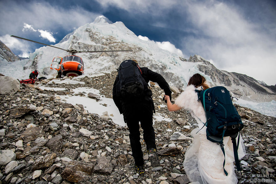 Couple Gets Married On Mount Everest After Trekking For 3 Weeks, And Their Wedding Photos Are Epic 2