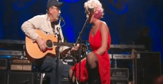 Pink Invites War Veteran On Stage For Duet. Reveals His Identity And The Crowd Goes Wild 1